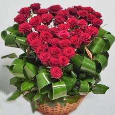 51 красная роза в виде сердца в корзине