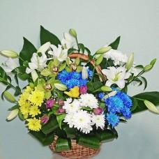 Большая сезонная корзина цветов