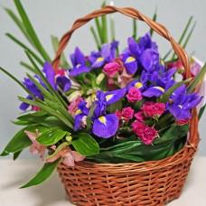 Средняя корзина цветов с ирисами и розами
