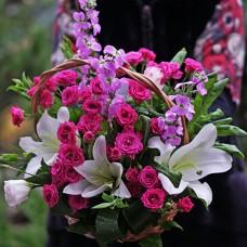 Средняя сезонная корзина цветов с лилиями