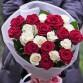 21 красная и белая роза в упаковке