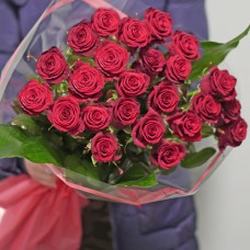 Букет 23 красные розы в упаковке средней высоты