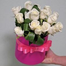 Букет 15 білих троянд у капелюшній