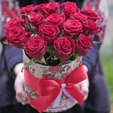 17 роз в шляпной коробке заказать в Киевской области