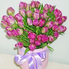 Букет 51 фиолетовый тюльпан в шляпной коробке