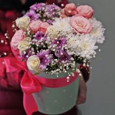 Милый букетик в шляпной коробке с розами и хризантемами