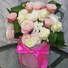 Нежный букет в шляпной коробке с кустовыми розами