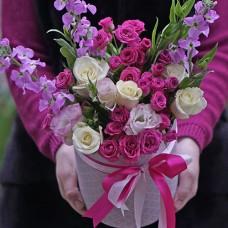 Букет цветов в шляпной коробке с магнолиями