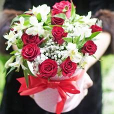 Букет в шляпной коробке с красными розами и альстромериями