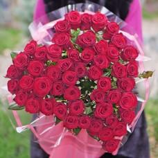 Букет 51 красная роза в виде сердца