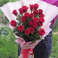 Букет 21 красная роза в упаковке на заказ круглосуточно