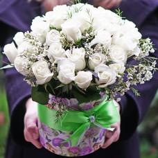 Букет 31 белая роза в шляпной коробке с доставкой