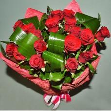 17 красных роз высотой 60 см